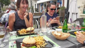 déjeuner en terrasse à l'auberge du port à Châteauneuf-sur-Loire